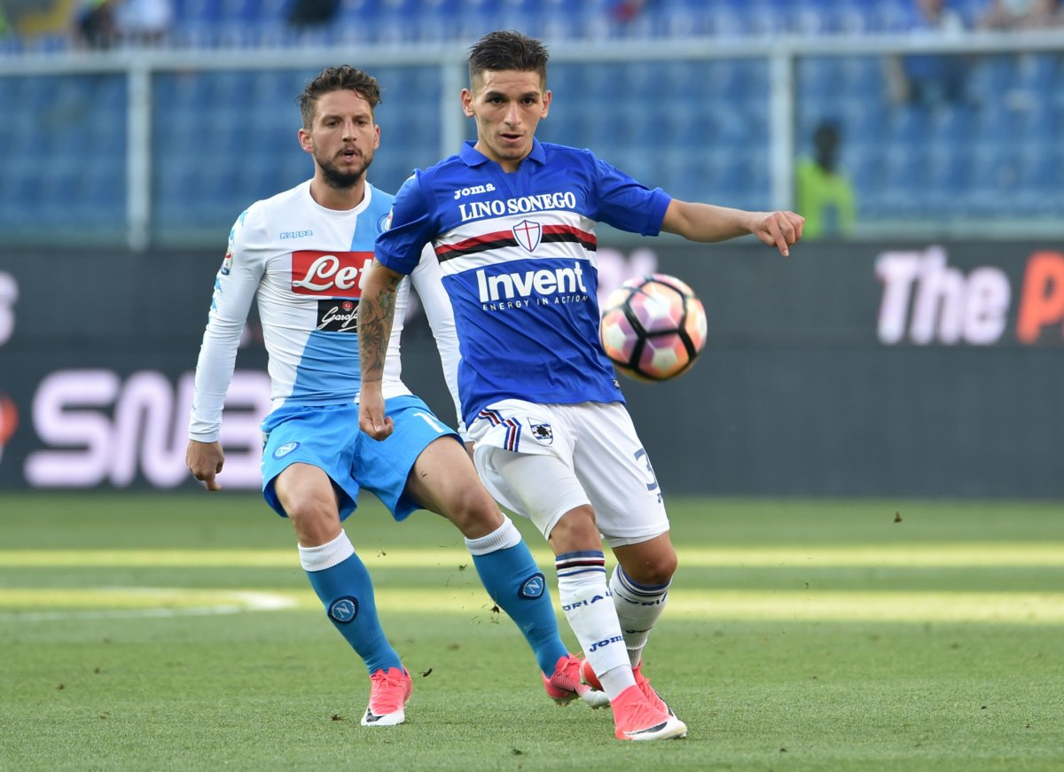 GENOA, GE - MAY 28: Lucas Torreira (Sampdoria) and Dries Mertens (Napoli) during the Serie A match between UC Sampdoria and SSC Napoli at Stadio Luigi Ferraris on May 28, 2017 in Genoa, Italy. (Photo by Paolo Rattini/Getty Images)