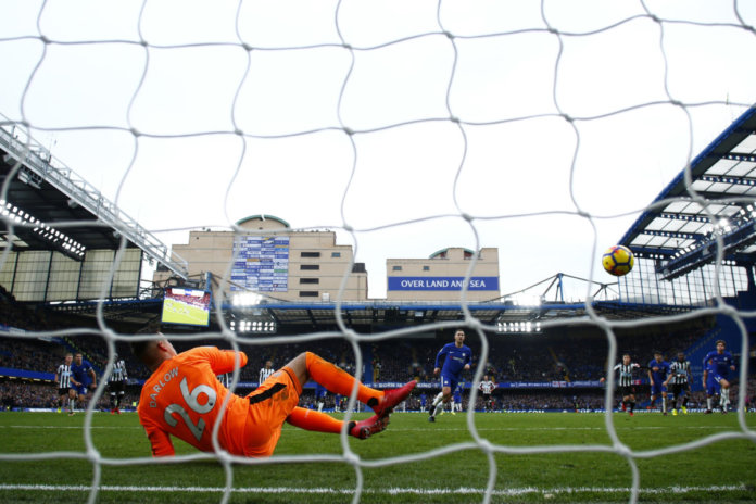 El CheLONDON, ENGLAND - DECEMBER 02: Eden Hazard of Chelsea scores his sides third goal from the penalty spot past Karl Darlow of Newcastle United during the Premier League match between Chelsea and Newcastle United at Stamford Bridge on December 2, 2017 in London, England. (Photo by Clive Rose/Getty Images)lsea venció al Newcastle antes de recibir al Atleti